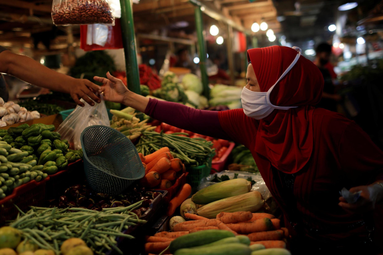 Sur un marché nocturne traditionnel à Jakarta, le 23 septembre 2020.