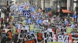 Plusieurs milliers de manifestants ont défilé contre le système de missiles nucléaires Trident, à Londres, le 27 février 2016.