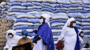 Des agents de la municipalité attendent pour commencer la distribution de riz et de savon par le maire de Dakar, le 10 avril 2020.