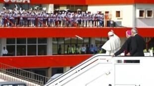 Đức Giáo Hoàng Phanxico vẫy tay chào đám đông tại phi trường Santiago, Cuba, ngày 21/09/2015.