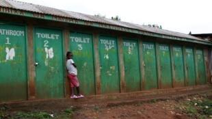 Wata yarinya gaban bandakunan kasuwa a yankin Kibera dake birnin Nairobi a Kenya.