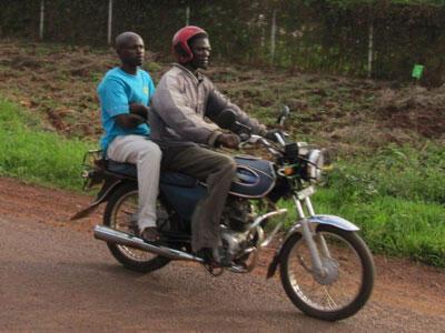 Deux personnes sur un moto-taxi «boda-boda», quelque part sur la  route A109, entreJinja et Malaba en Ouganda.