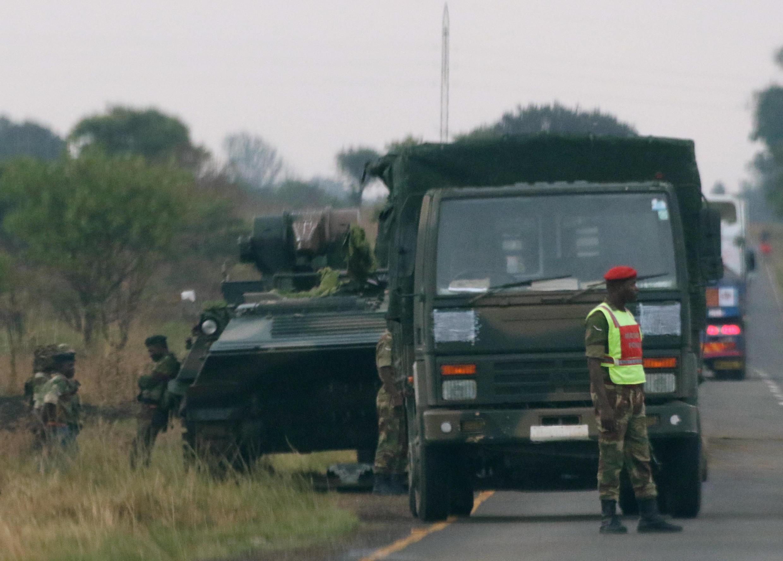 Véhicules militaires déployés dans la banlieue de Harare, le 14 novembre 2017.