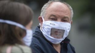 Les masques inclusifs protègent le nez et la bouche mais laissent la partie inférieure du visage à la vue de tous (photo d'illustration).