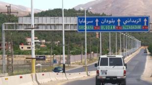 Un véhicule des Nations unies sur la route entre Damas et Zabadani, en mai 2012.