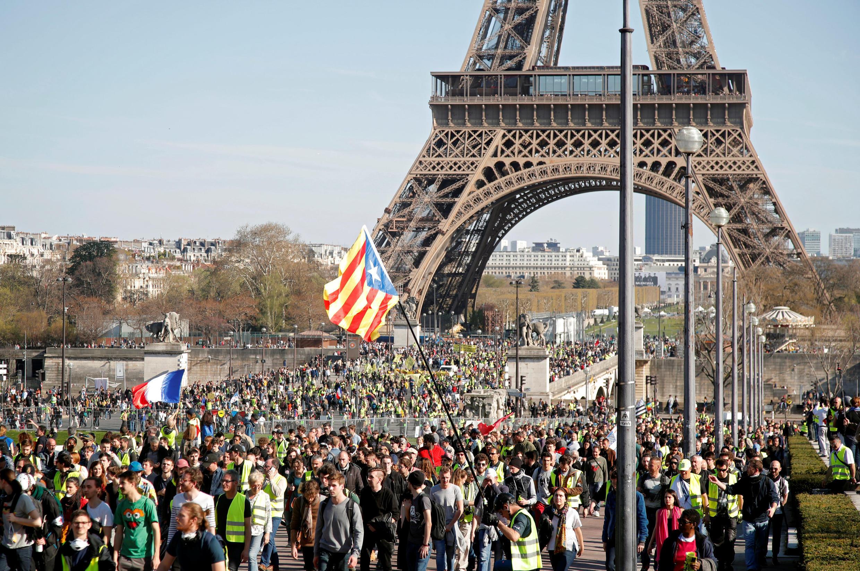 Polícia dispersa manifestantes no bairro de Trocadéro em Paris neste XX° sábado de movimento dos coletes amarelos