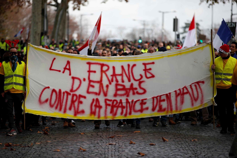 """La francia de abajo contra la Francia de arriba, se puede leer en la banderola de los """"chalecos amarillos"""""""