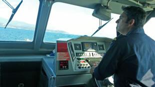 Les gardes-côtes grecs, secondés par les équipes de Frontex, surveillent les arrivées clandestines au large de Samos.