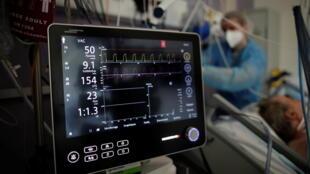 Na grande região parisiense, 1.080 pessoas estão internadas em estado grave nas UTIs; 4.000 pacientes em toda a França. UTI do hospital Melun-Senart, perto de Paris, França, 8 de março de 2021.