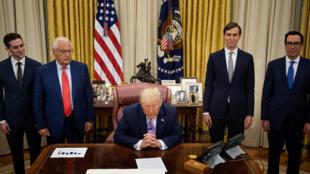 El embajador de EEUU en Israel David Friedman (2ºizq), el asesor principal Jared Kushner (2ºdcha) y el secretario del Tesoro de EEUU Steven Mnuchin (dcha) escuchan al presidente de EEUU Donald Trump anunciando un acuerdo entre Emiratos Árabes Unidos e Israel el 13 de agosto de 2020 en Washington