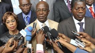 Laurent Akoun (C), actuel secrétaire général par intérim du FPI, lors d'une conférence de presse de son parti le 29 septembre 2011.