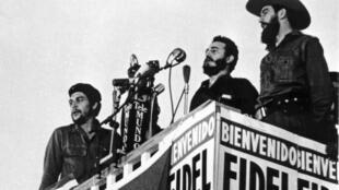 Fidel Castro (C) da un discurso entre Ernesto Che Guevara (I) y Camilo Cienfuegos (D), el 8 de enero de 1959 en La Habana
