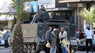L'armée libanaise évacue des civils pris dans le feu d'un tireur d'élite à Tripoli, dans la ville côtière du nord du Liban.