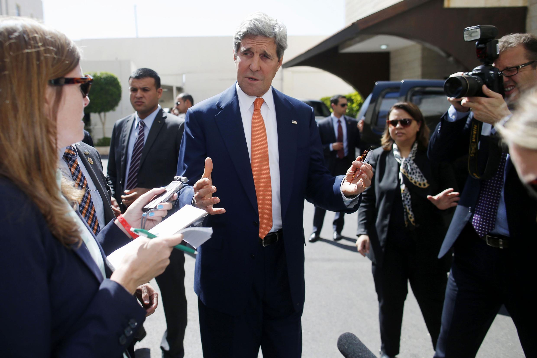 Le secrétaire d'Etat américain John Kerry à Ramallah (Cisjordanie), entouré par la presse, après son entretien avec le président palestinien Mahmoud Abbas, le 23 juillet 2014.