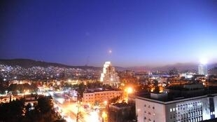 Míssil atravessando o céu de Damasco, na madrugada de 14 de abril, nos ataques dos Estados Unidos, França e Inglaterra