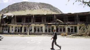 Un bâtiment dévasté dans la ville de Och, le 20 juin 2010