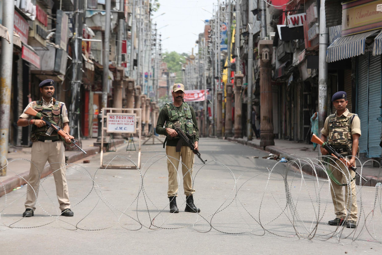An ninh Ấn Độ canh gác tại Jammu, Cachemire, ngày 5/8/2019.
