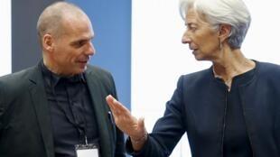 Le ministre grec des Finances Yanis Varoufakis écoute Christine Lagarde, directrice du FMI, à qui la Grèce doit rembourser 1,6 milliard d'euros.
