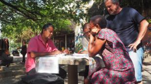 Le projet Adote um aluno (Adopte un élève en français) permet à n'importe qui de recevoir un cours gratuit sur les places de Rio de Janeiro.