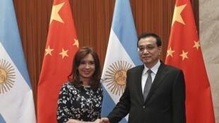 Tổng thống Achentina, C. Kirchner (trái) và thủ tưởng TQ, Lý Khắc Cường
