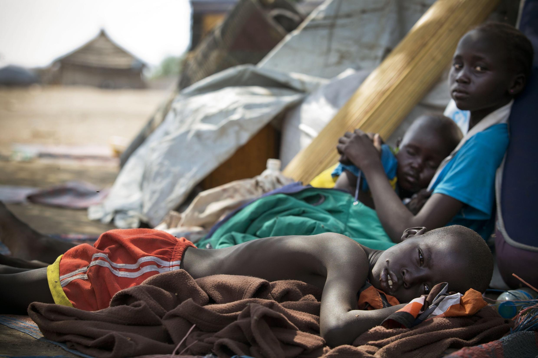 Watoto waliyokimbia mapigano katika mji wa Bor, wakipewa hifadhi katika kambi iliyojengwa kwenye eneo la Umoja wa Mataifa la Mingkaman,