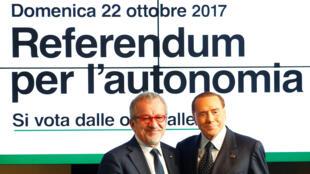 Roberto Maroni (Gauche), président de la Lombardie et Silvio Berlusconi, leader de parti Forza Italia à Milan, le 18 octobre 2017.