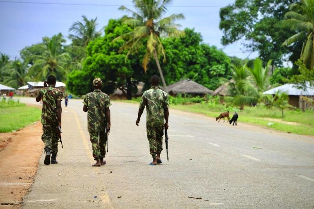Des soldats mozambicains en patrouille à Mocimboa da Praia, dans le nord du pays, le 7 mars 2018