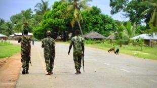 Soldados moçambicanos em patrulha em Mocimboa da Praia, província de Cabo Delgado.
