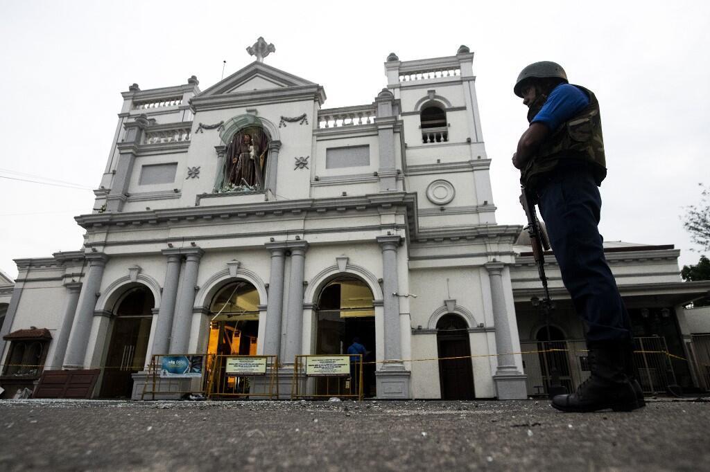 Un soldat monte la garde devant le sanctuaire Saint-Antoine de Colombo le 26 avril 2019, après une série d'attentats à la bombe contre des églises et des hôtels de luxe le dimanche de Pâques au Sri Lanka.