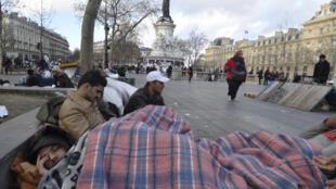 Афганские беженцы в импровизированном лагере на парижской площади Республики накануне нового 2016 г.