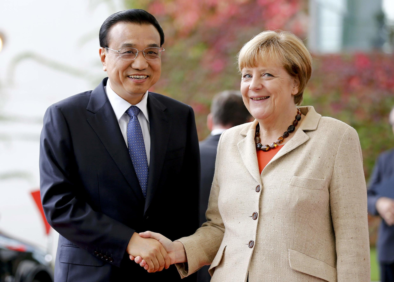 Li Keqiang y Angela Merkel en Berlín, este 10 de octubre.