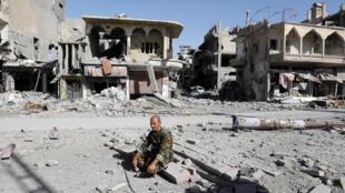 Un combattant des Forces démocratiques syriennes au milieu des décombres de la ville de Raqqa, le 17 octobre 2017.