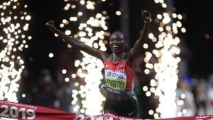 La Kényane Ruth Chepngetich sacrée championne du monde du marathon à Doha, le 28 septembre 2019.