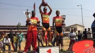 Igor Silva, Dário António e Mário António, os três ciclistas do Sport Luanda e Benfica, no pódio da primeira etapa da Volta a Angola em bicicleta