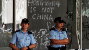 Grafitis en las paredes del Parlamento en Hong Kong, el 2 de julio de 2019: 'Hong Kong no es China'.