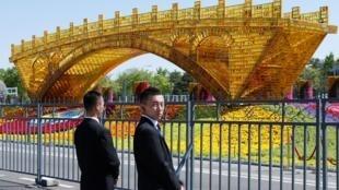 """2019年4月26日,第二屆""""一帶一路""""國際合作高峰論壇開幕。圖為會場外的絲綢之路金色橋樑裝飾。"""