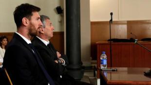 Lionel e Jorge Messi sendo julgados em Barcelona.
