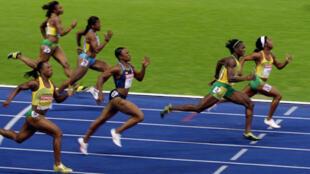 En tête de bout en bout, la Jamaïquaine Shelly-Ann Fraser résiste au retour de sa compatriote Kerron Stewart et remporte le 100 m en 10''73.