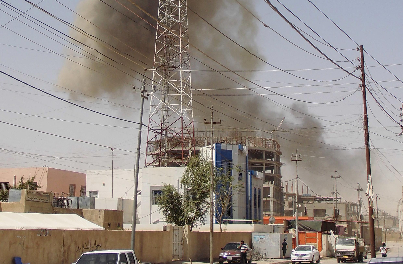 Khói súng bốc lên tại một góc thành phố Ramadi, Irak, ngày 15/05/2015.
