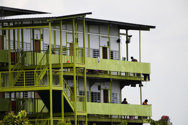 Theo chính quyền Singpore, đa phần ca lây nhiễm mới là người lao động nước ngoài nhập cư sống trong các ký túc xá.