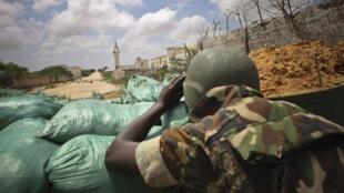 Un soldat de l'AMISOM installé sur une nouveau poste de surveillance suite au retrait soudain des shebabs, au Nord de Mogadiscio.