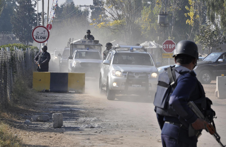 Đoàn xe vũ trang áp giải cựu Tổng thống Musharraf đến tòa án - REUTERS /Stringer