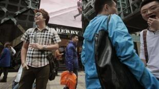 Chineses visitam shopping de luxo em Hong Kong.