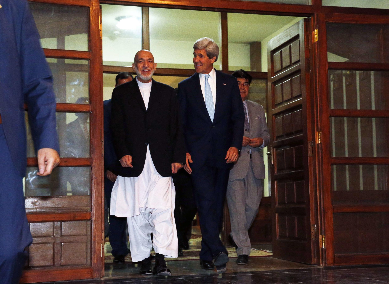 Hamid Karzai, presidente do Afeganistão, se reuniu com o secretário de Estado norte-americano, John Kerry, na sexta-feira (foto) e no sábado (12) a fim de negociar uma solução para o impasse eleitoral.