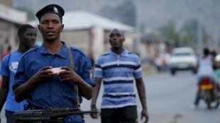 Un policier patrouille dans les rues de Bujumbura,la capitale, fin juillet (photo d'illustration).