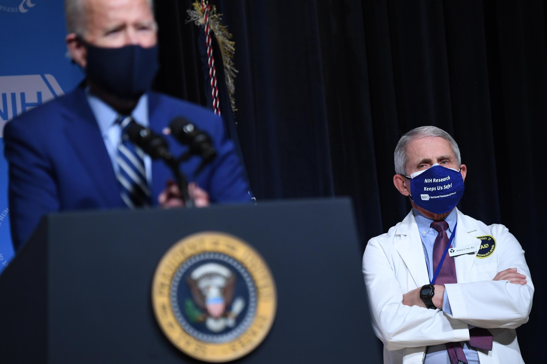 El presidente Joe Biden y el inmunólogo Anthony Fauci en los Institutos Nacionales de Salud de Bethesda (Maryland), el 11 de febrero de 2021.