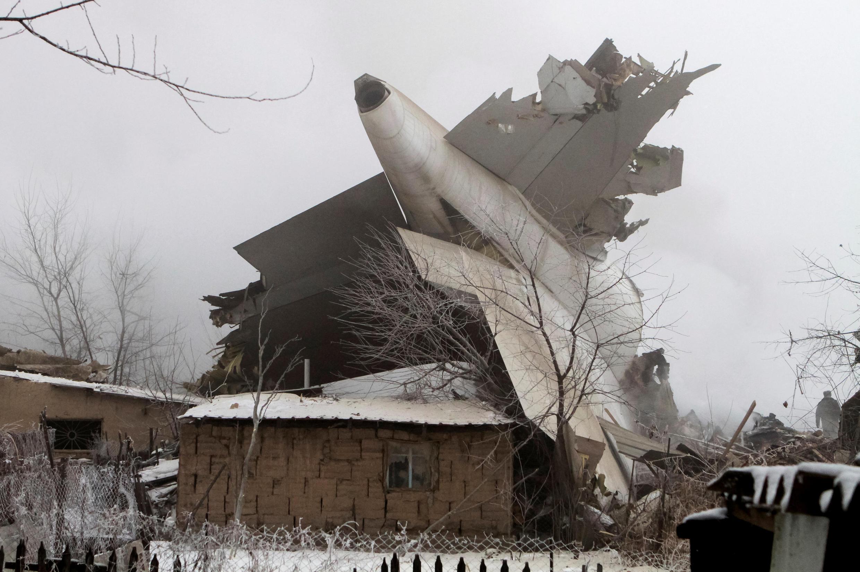 Avião turco cai sobre casas no Quirguistão e mata ao menos 37 pessoas, incluindo seis crianças, nesta segunda-feira(16).