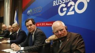 El ministro alemán de Finanzas, Wolfgang Schauble, y sus colegas británico, George Osborne, y ruso, Anton Siluanov, antes de una conferencia de prensa del G20 económico en Moscú, el 19 de julio de 2013.