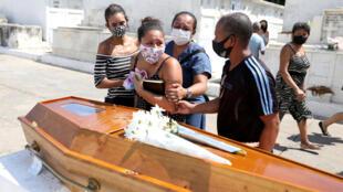Funérailles d'une victime du Covid-19 au cimetière d'Inhauma à Rio de Janeiro, au Brésil le 10 mars 2021.