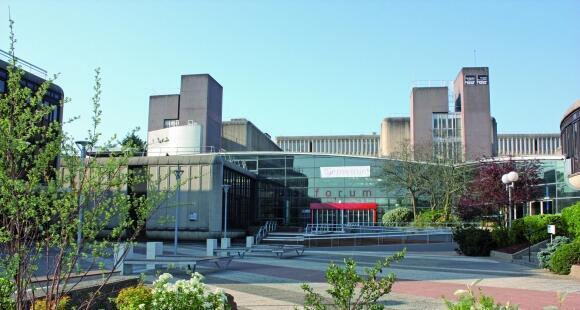 La escuela de negocios Institut Mines-Télécom Business School se encuentra en Evry, un suburbio al sureste de París.